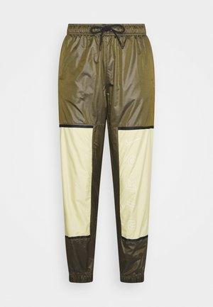 WVN ARCHIVE RMX - Teplákové kalhoty - olive flak/tea tree mist/white