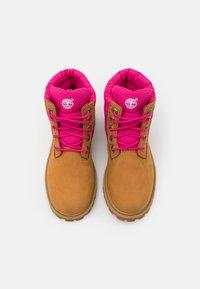 Timberland - PREMIUM - Šněrovací kotníkové boty - wheat/pink - 3
