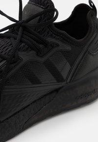 adidas Originals - ZX 2K BOOST UNISEX - Sneakers basse - core black/shock pink - 5