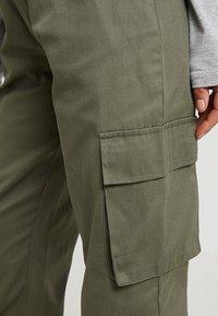 Missguided Petite - PLAIN CARGO TROUSER - Trousers - khaki - 6