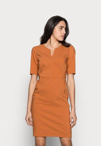 ZELLA DRESS - Etui-jurk - honey