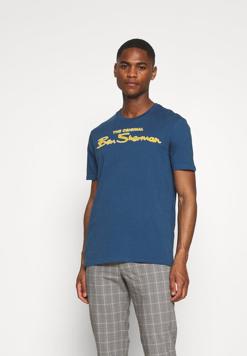 Ben Sherman - SIGNATURE FLOCK TEE - Print T-shirt - indigo
