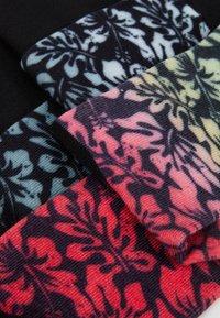 Urban Classics - FLOWER SOCKS 3 PACK - Chaussettes - black/grey/red - 2