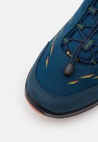 Lowa - ZIRROX GTX JUNIOR UNISEX - Hiking shoes - blau/orange - 5