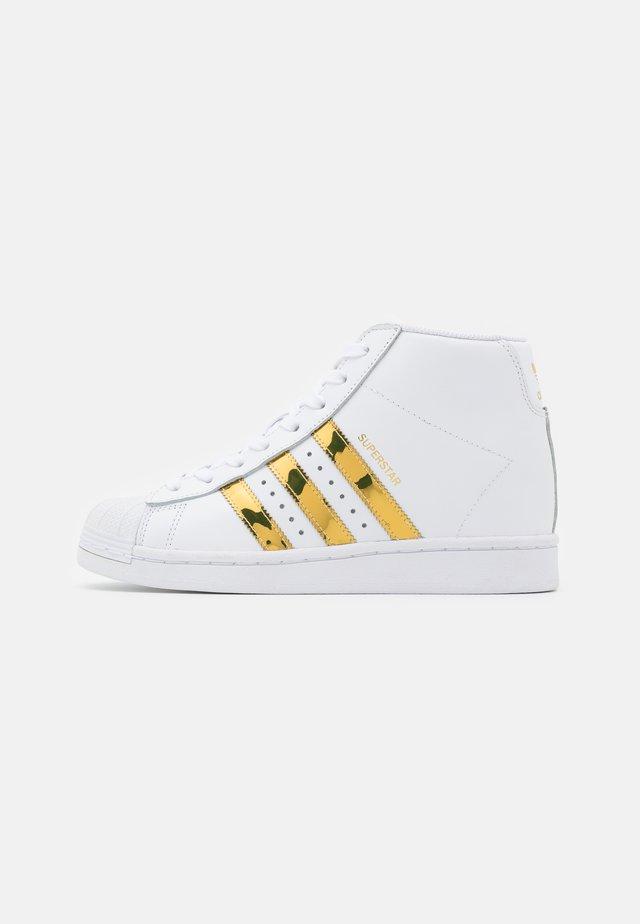 SUPERSTAR UP - Sneakers alte - footwear white/gold metallic/core black