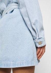 Missguided Petite - UTILITY POCKET BELTED DRESS - Denim dress - light blue - 6