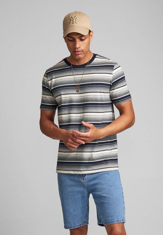 AKROD - T-shirts print - sky captain