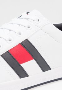 Tommy Hilfiger - ESSENTIAL FLAG DETAIL - Trainers - white - 5