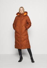 TOM TAILOR DENIM - REVERSIBLE MAXI PUFFER COAT - Zimní kabát - burnt hazelnut brown - 0