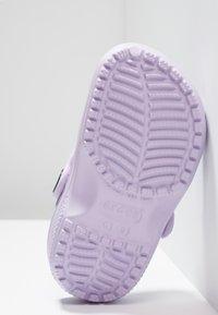 Crocs - CLASSIC - Chanclas de baño - lavender - 5
