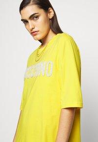MOSCHINO - DRESS - Trikoomekko - yellow - 3