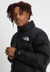 The North Face - 1996 RETRO NUPTSE JACKET - Bunda z prachového peří - black