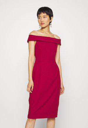 CARMEN DRESS - Etui-jurk - cassis sorbet