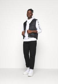 Nike Sportswear - REPEAT HOOD - Sweatshirt - white/black - 1