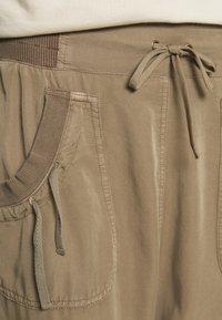 Cream - NANNA PANTS - Pantalon classique - timber wolf - 4