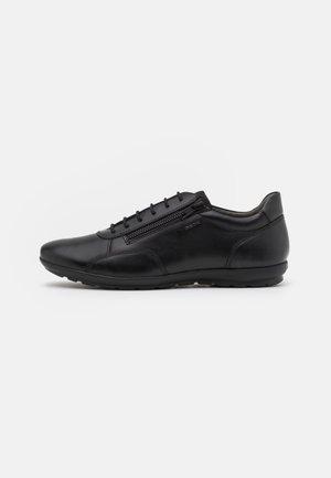 UOMO SYMBOL - Sznurowane obuwie sportowe - black