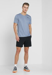 Nike Performance - M NK FLEX STRIDE SHORT 7IN BF - Sports shorts - black/silver - 1