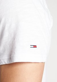 Tommy Jeans - CAMO GROUND LOGO TEE - Print T-shirt - white - 5