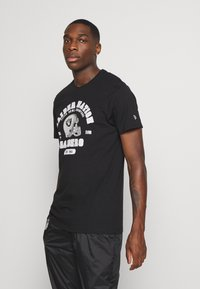 New Era - NFL OAKLAND RAIDERSHELMET AND WORDMARK TEE - Club wear - black - 0