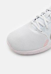 Nike Performance - FLEX EXPERIENCE - Nøytrale løpesko - photon dust/metallic pewter/pink oxford/light soft pink - 5