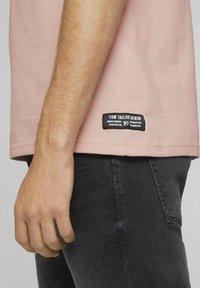TOM TAILOR DENIM - MIT STREHKRAGEN - Basic T-shirt - soft peach skin - 3