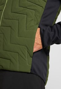 PYUA - SNUG - Giacca da snowboard - black/rifle green - 5