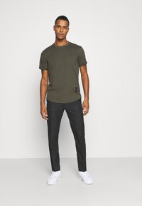 Calvin Klein Jeans - BADGE TURN UP SLEEVE - T-shirts basic - deep depths - 1