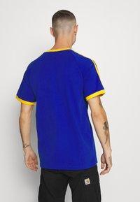 adidas Originals - 3 STRIPES TEE UNISEX - Print T-shirt - royblu/actgol - 2