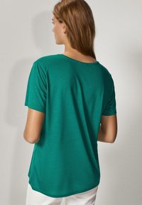 Massimo Dutti - MIT METALLIC-DETAIL - Basic T-shirt - green - 1