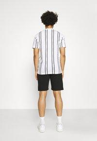 Calvin Klein - VERTICAL LOGO STRIPE - T-shirt con stampa - white - 2
