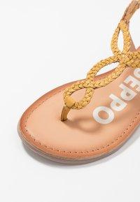 Gioseppo - T-bar sandals - mostaza - 2