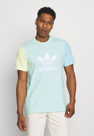adidas Originals TREFOIL UNISEX - T-shirt z nadrukiem - hazy emerald/white/jasnozielony Odzież Męska LBWC