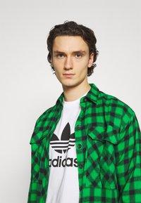 adidas Originals - TREFOIL UNISEX - T-shirt med print - white/black - 3