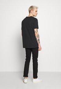 True Religion - CREWNECK BUDDA EMBOSSED - Print T-shirt - black - 2
