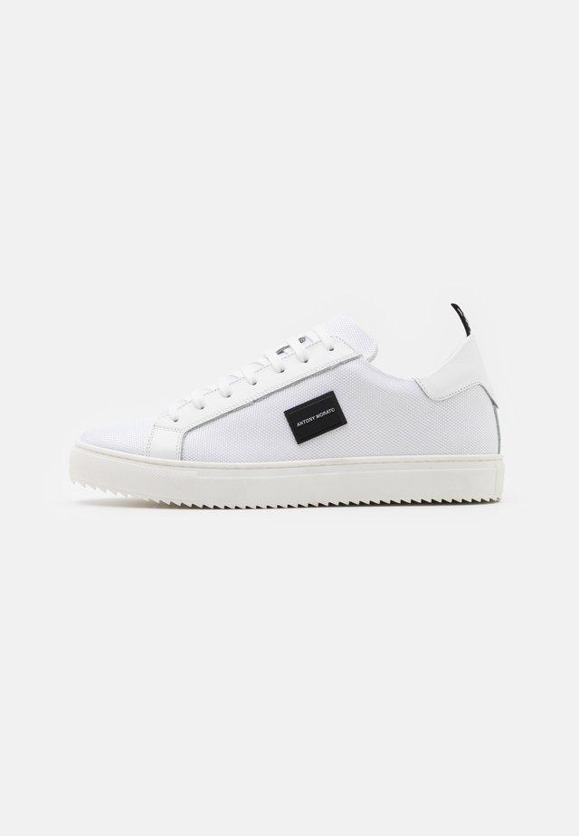 DUGGER METAL - Sneakersy niskie - white