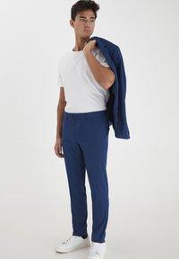 Casual Friday - PIHL SUIT PANTS - Suit trousers - estate blue - 1