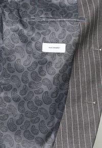 Isaac Dewhirst - BOLD STRIPE SUIT - Oblek - grey - 12