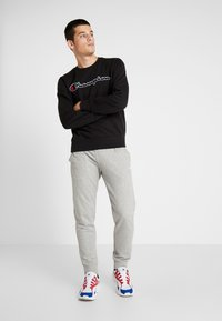 Champion - BIG SCRIPT LOGO CREWNECK - Sweatshirt - new black - 1