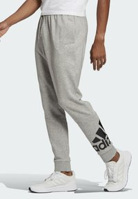adidas Performance - ESSENTIALS FRENCH TERRY TAPERED CUFF LOGO JOGGERS - Pantalon de survêtement - grey - 2
