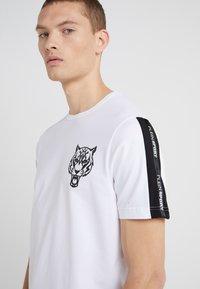 Plein Sport - ROUND NECK ORIGINAL - T-shirt med print - white - 4