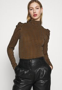 Fashion Union - TISHOW - Long sleeved top - pecan houndstooth - 4