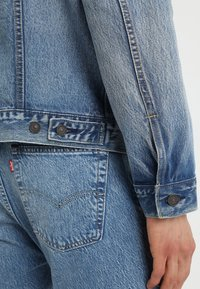 Levi's® - UNBASIC MOCKNECK TRUCKER - Giacca di jeans - cruv trucker - 4