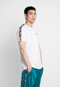 Fila - VAINAMO TEE - T-shirt med print - bright white - 0