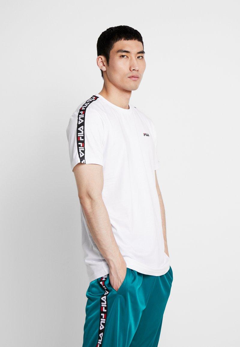 Fila - VAINAMO TEE - T-shirt med print - bright white