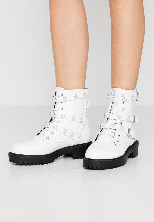 Cowboy/biker ankle boot - white