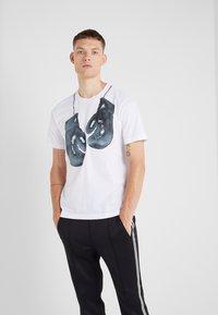 Neil Barrett BLACKBARRETT - BOXING GLOVES  - T-shirts print - white/black - 0