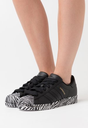 SUPERSTAR SPORTS INSPIRED SHOES - Sneakers laag - core black/gold metallic/footwear white