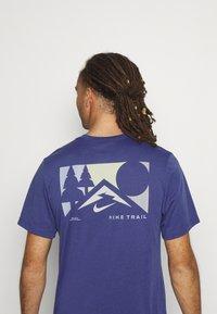 Nike Performance - TEE TRAIL - Camiseta estampada - dark purple dust - 4
