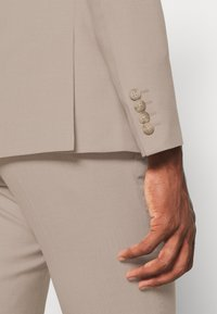 Isaac Dewhirst - THE FASHION SUIT SET - Completo - beige - 14