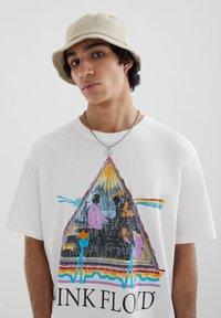 PULL&BEAR - Print T-shirt - off-white - 3